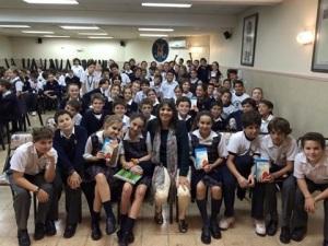 Mis dos primeras visitas a colegios, al Emaus y al Manuel Belgrano, fueron muy cálidas y divertidas. Gracias a todos mis lectores y a los docentes que las hicieron posibles.