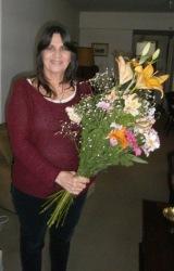 El sábado 9 de enero es mi cumpleaños y quiero compartirlo con ustedes con esta foto  con un gran ramo de flores que me regalaron mis lectores en la ultima visita del año. Graciaschicas!!!